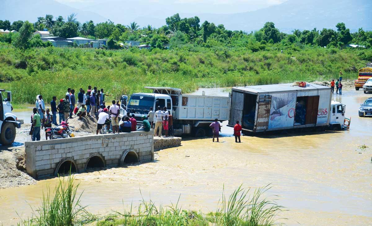 DÈS QU'UN PONT TEMPORAIRE s'effondre, comme il y a quelques jours près de Cité-Soleil, c'est toute la population qui en souffre.