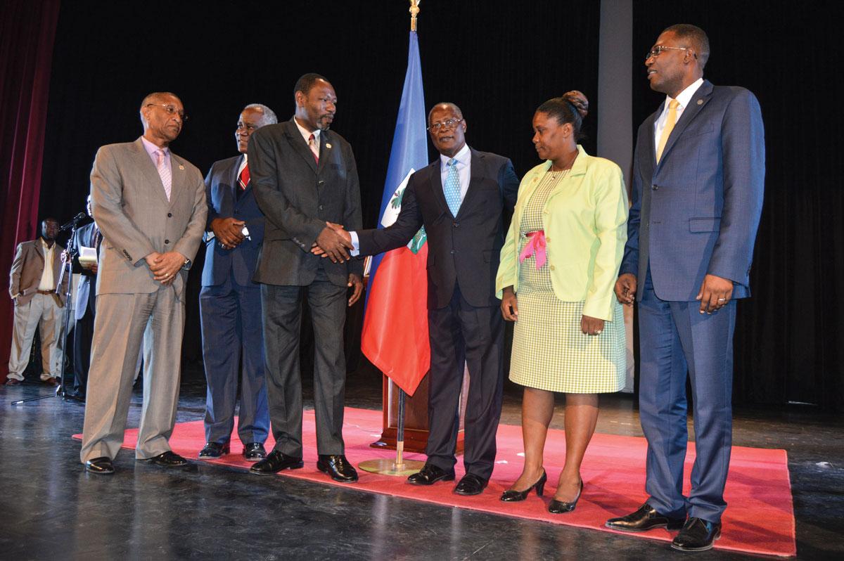 LE PRÉSIDENT PROVISOIRE Jocelerme Privert (au centre) lors du lancement du symposium des nouveaux élus municipaux. photographies par Timothé Jackson / Challenges