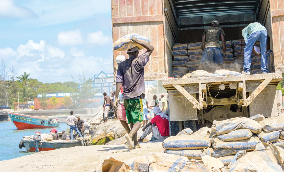 LE QUAI DES CAYES est réduit en partie à des activités de débarquement de sacs de ciment.