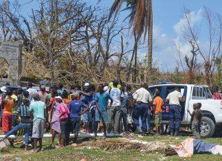 LA POPU- LATION a besoin d'aide, de nourriture, d'eau, de médica- ments et de matériaux pour recons- truire leurs maisons.