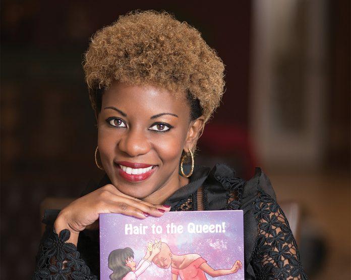 L'AUTEUR Tamara Rodriguez photographiée avec son livre