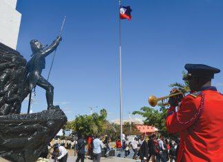 DÉPÔT DE GERBES DE eurs au pied du monument de l'Empereur Jean-Jacques Dessalines érigé sur la place d'Armes des Gonaïves