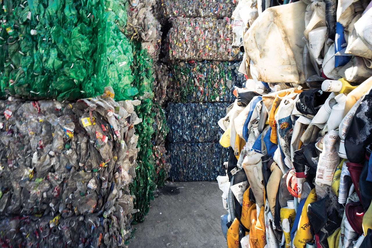 LES DÉCHETS en plastique collectés sont stockés dans un dépôt pour être transformés en tissu