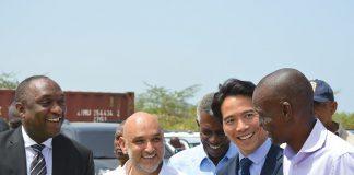 LE PRÉSIDENT Jovenel Moïse participe à la pose de la première pierre aux côtés du Directeur exécutif de GB Group Reuven Bigio. De gauche à droite du sénateur Youri Latortue, Reuven Bigio Directeur exécutif de GB Group, l'Ambassadeur Yves Mazile (Chef du protocole au Palais national), du représentant de la Reliable Source Industrial Company Limited, Chris Yu et le Président Jovenel Moïse.