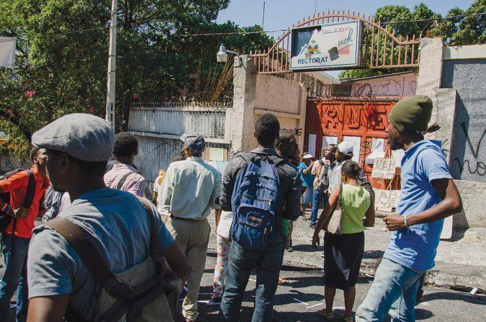 Sit-in d'un groupe d'étudiants devant la barrière principale du rectorat de l'UEH . GEORGES H. ROUZIER/ CHALLENGES