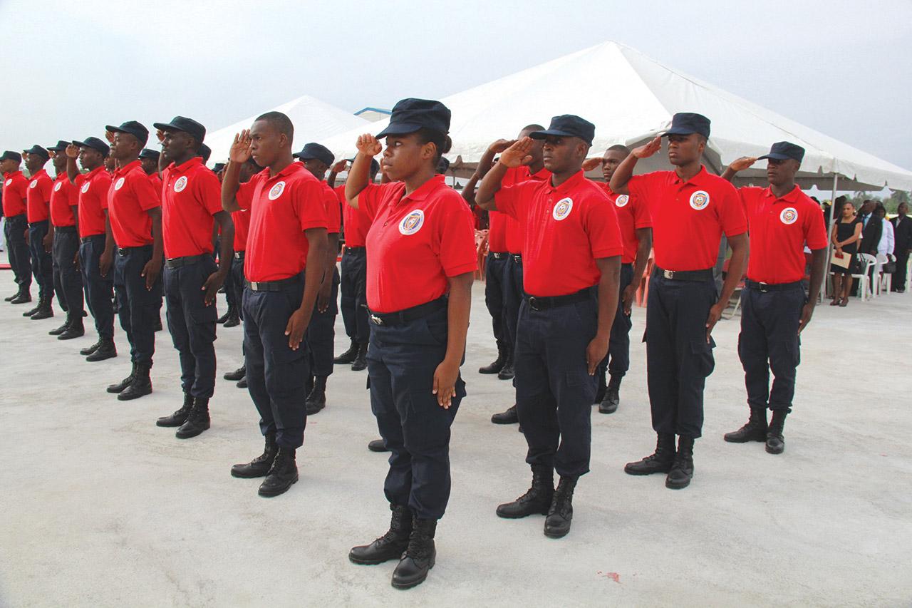 PRÉSENTATION de jeunes soldats lors d'une cérémonie à la base militaire de Gressier