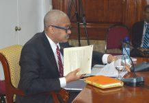 LE PREMIER MINISTRE Jack Guy Lafontant en train de réviser ses dossiers. PHOTOGRAPHIES PAR TIMOTHE JACKSON/ CHALLENGES