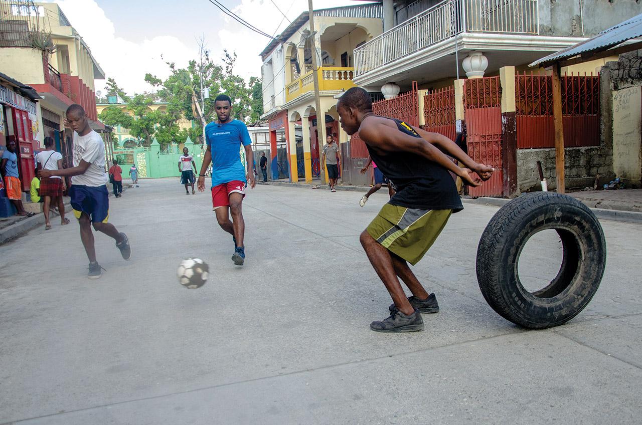 MATCH DE FOOTBALL dans une rue de Jérémie