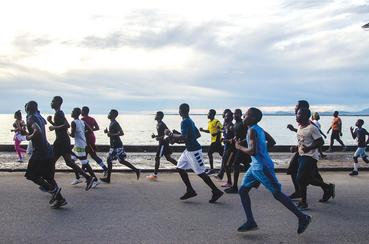 Tous les jours durant les vacances d'été, des milliers de jeunes font leur jogging sur le boulevard de la deuxième<br /> ville du pays.