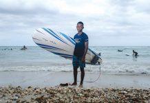 Malherbe, jeune surfeur de 15 ans, vit à Port-au-Prince mais profite de ses vacances pour venir jouir des vagues de la ville de ses parents (Kabik-Jacmel). PHOTOGRAPHIES PAR GEORGES H. ROUZIER