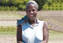 NERLANDE DAUTARN, agricultrice, se prépare à planter des graines de coton. SFA/THOMAS NOREILLE