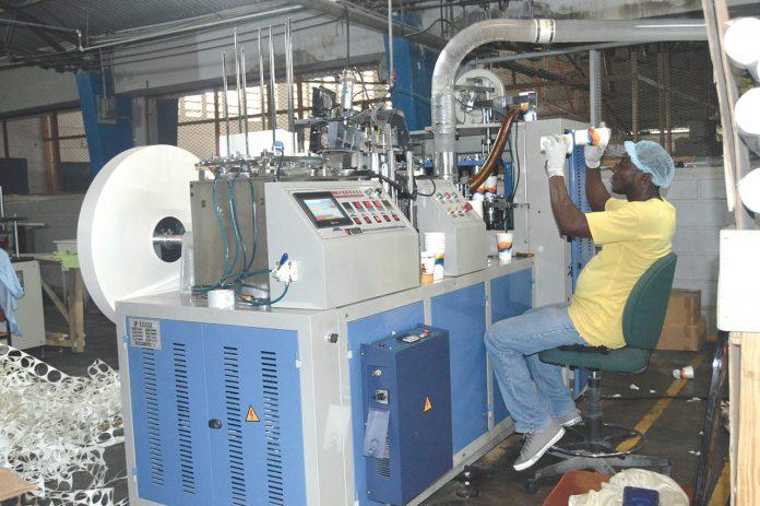 L'une des machines servant à transformer le papier en récipients et emballages. Stephen Eddyson Joseph/ Challenges