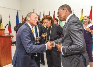 M. Degert et Jean Baden Dubois, gouverneur de la banque de la république d'Haïti, se saluant autour du verre de l'amitié ue-Haïti.
