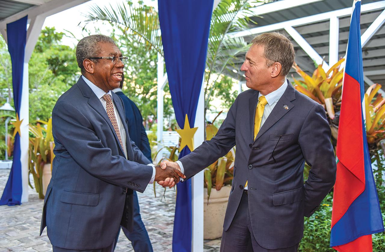 Vincent Degert, ambassadeur de l'union européenne accueillant Jean-Joseph exumé, ancien ministre de la justice.