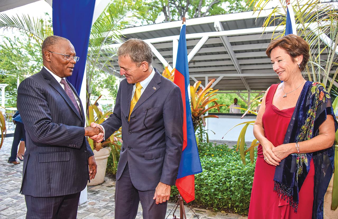 L'ambassadeur degert et l'ancien président de la république, Jocelerme Privert.