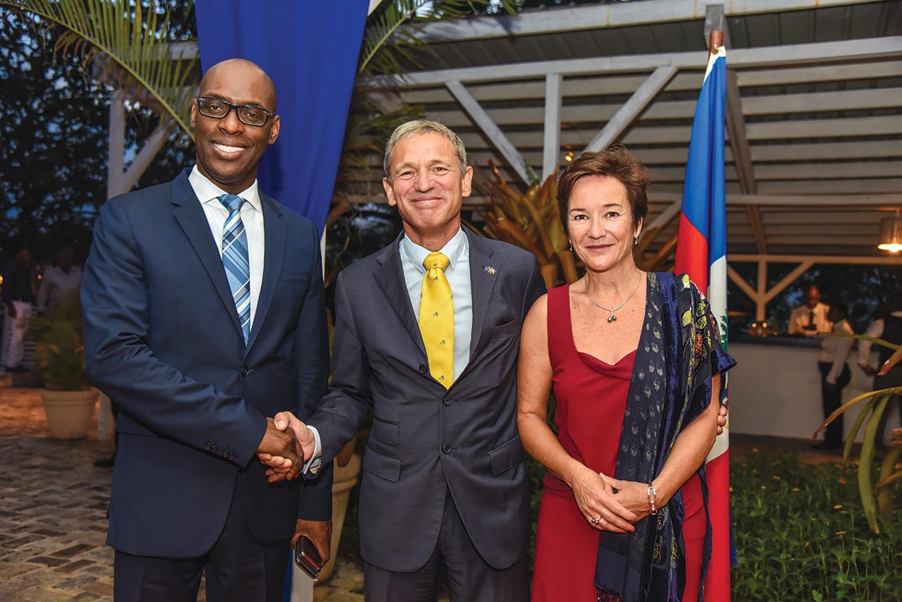 M. L'ambassadeur de l'ue et madame accueillent M. Aviol Fleurant, ministre de la planification et de la coopération externe.