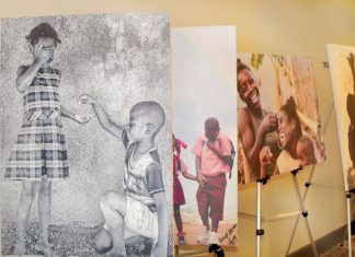 Exposition de tableaux mettant en valeur des enfants. Photographies par Cossy Roosevelt/ Challenges
