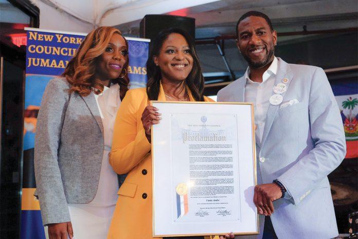 Vania André recevant sa distinction du Conseil municipal de New York. Wellcom
