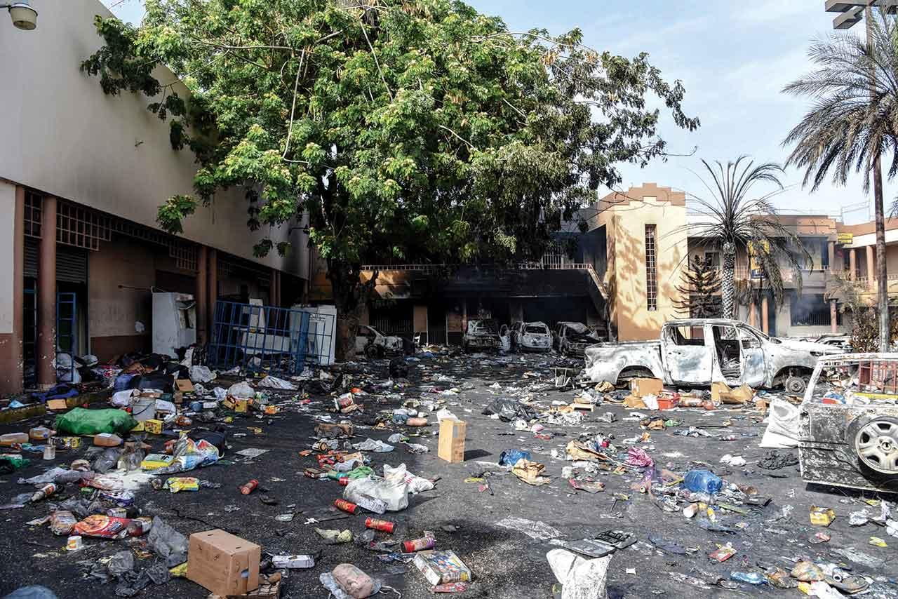 Un complexe commercial pillé et incendié à Delmas 32. Georges H. Rouzier/ Challenges