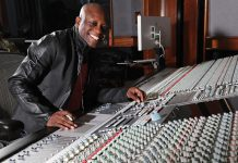 Jerry « Wonda » Duplessis dans son studio Platinum de New York. Wonda Music