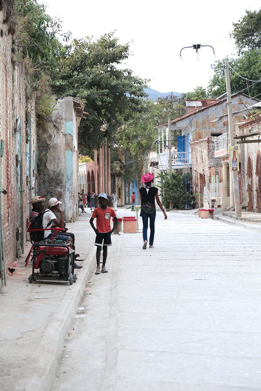 Une rue étroite de l'ancienne ville de Jacmel. Tatiana Mora Liautaud