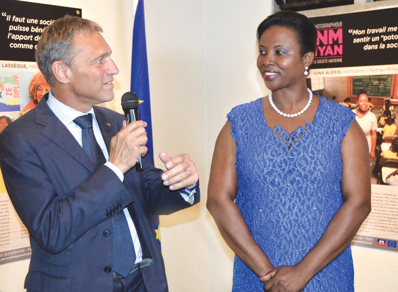 L'ambassadeur de l'Union Européenne, M. Vincent Degert fait visiter à la première dame de la république d'haïti l'exposition photographique fanm vanyan, inaugurée à l'Institut Français d'Haïti le 8 mars.