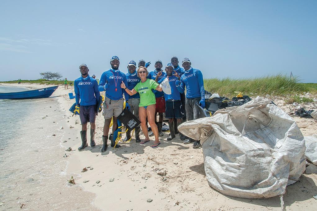 Dominique Carvonis, coordinatrice de l'organisation Ayiti Bèl Ayiti Vèt, entourée de l'équipe de 4Ocean, consacrée au nettoyage des océans, qui s'est chargée de rapporter les déchets dans les centres de traitement de Port-au-Prince.