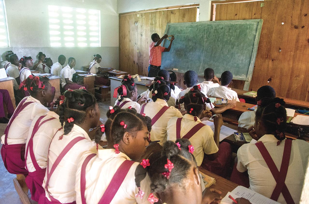 Des élèves suivent un cours de dessin géométrique.