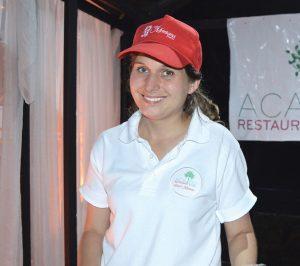 Jael Riedl (Hôtel Montana) fait goûter les spécialités du restaurant Acajou.