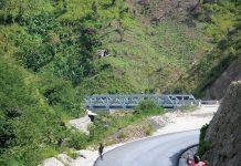 Installation de ouveaux ponts dans la Grand'Anse pour faciliter le transport. Georges H. Rouzier / Challenges
