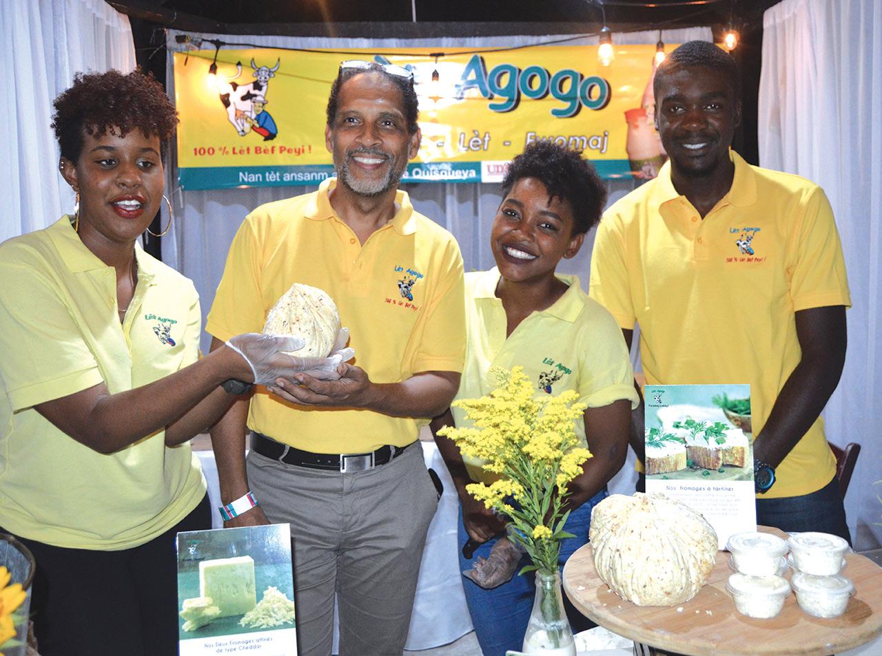 Michel Chancy entouré de son équipe, présente les nouvelles spécialités fromagères de Lèt a gogo.
