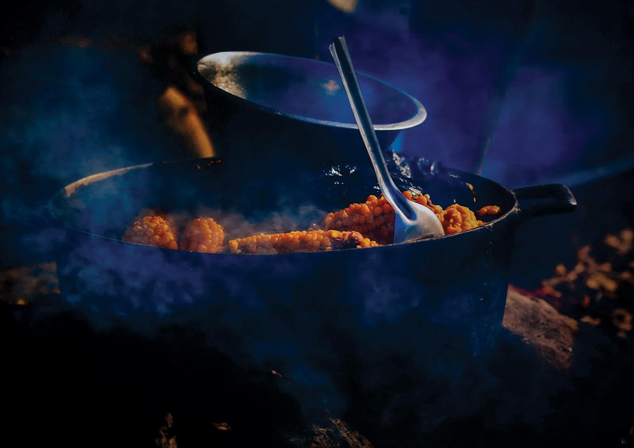Une chaudière (dans la cuisine haïtienne) de maïs bouillis.