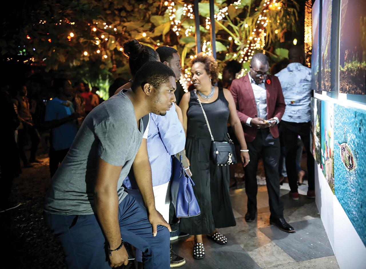 L'exposition a attiré l'attention de plusieurs personnes.