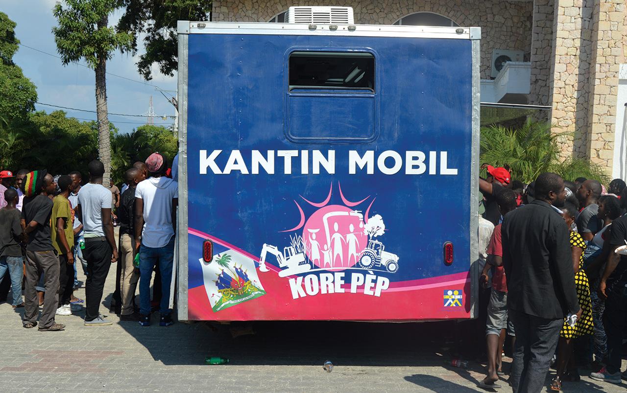 Des gens participent au programme Kantin Mobil du gouvernement.