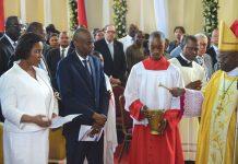 Le Président Jovenel Moïse et son épouse recevant la bénédiction de Monseigneur Yves-Marie Péan.