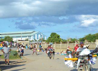 Des flots de petits commerçants haïtiens traversent la frontière le jour de marché. Cossy Roosevelt/ Challenges