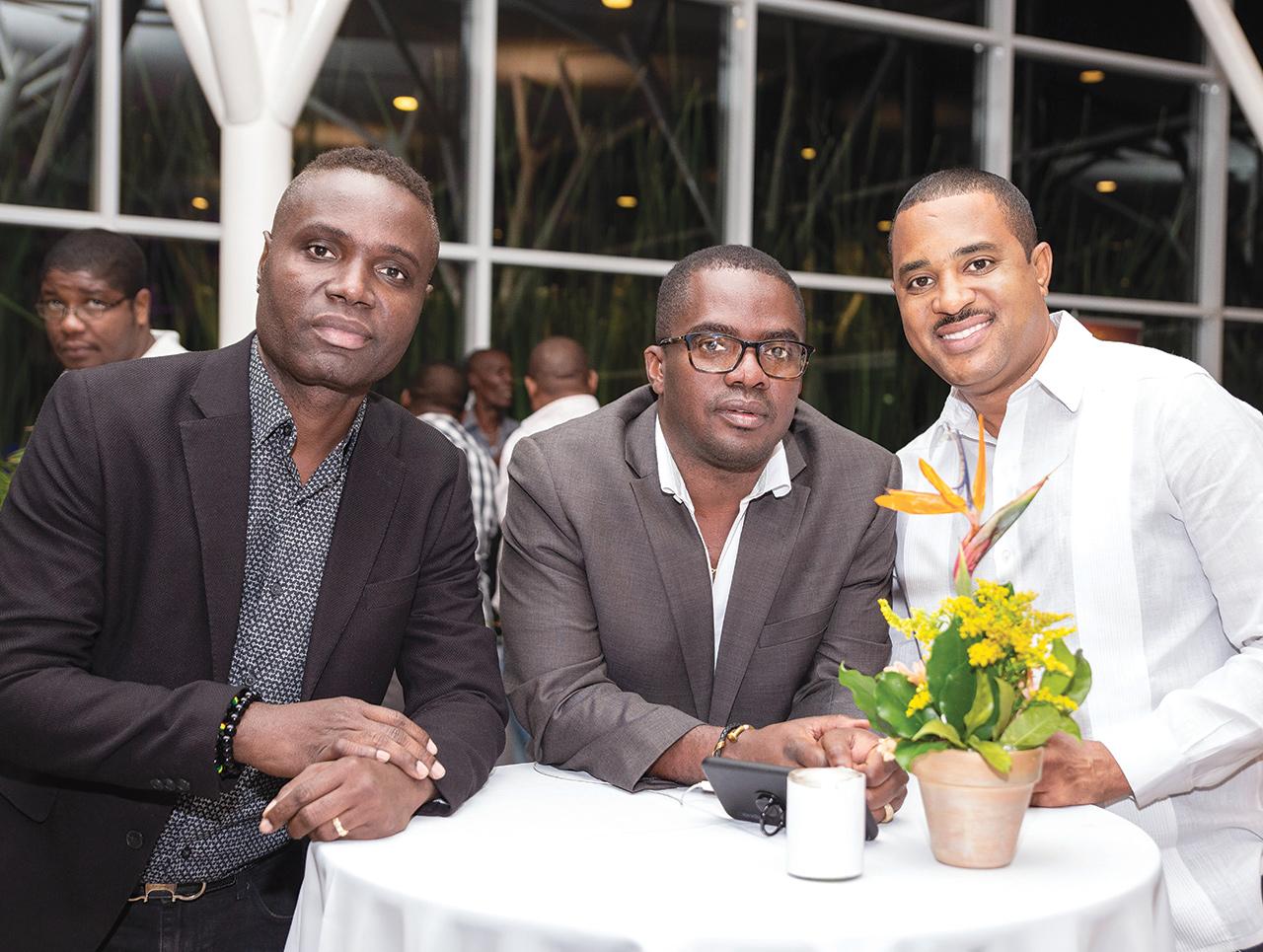 L'artiste Kenny Desmangles et Akinson Bélizaire, alias Zagalo, accompagné d'un ami.