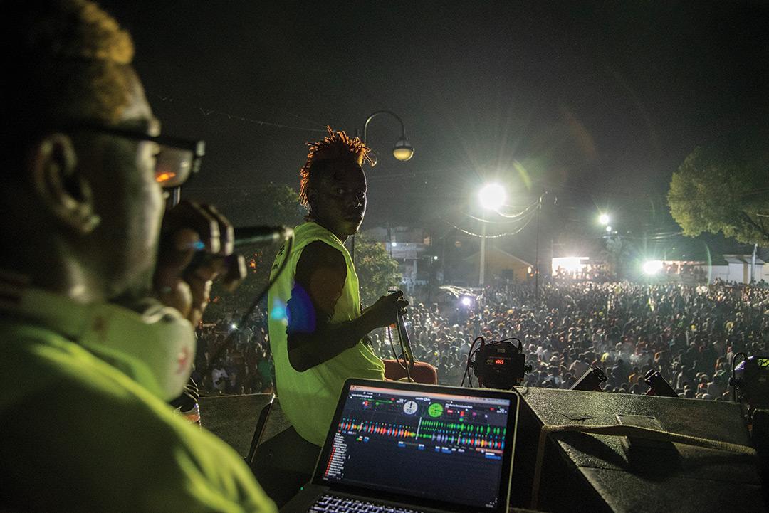 Des DJ agitent les foules au Champ de mars (Port-au-Prince).
