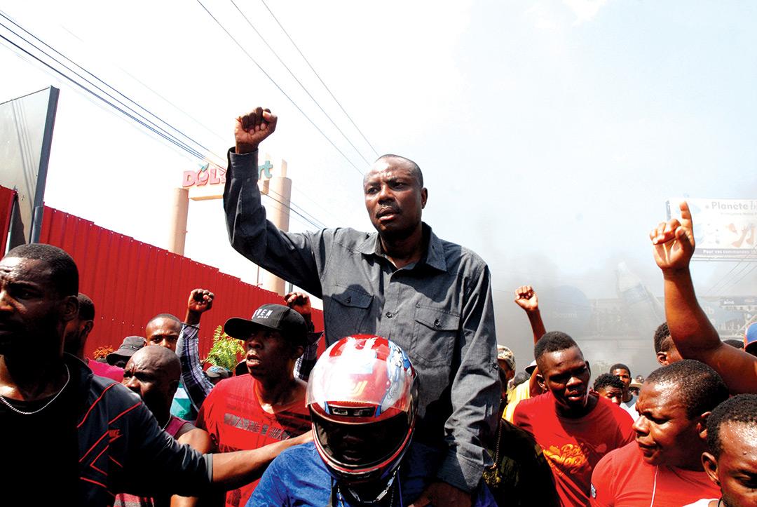 (Au centre) Moise Jean-Charles, chef de file de l'opposition radicale.