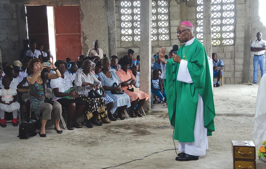 Un prêtre s'adresse aux membres de sa paroisse.