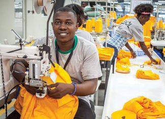 Des ouvriers au travail à Digneron Manufacturing S.A. Photographies par USAID LEVE – Keziah Jean