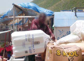 Malgré l'interdiction, les assiettes en styrofoam passent à la frontière. Foto Konbit